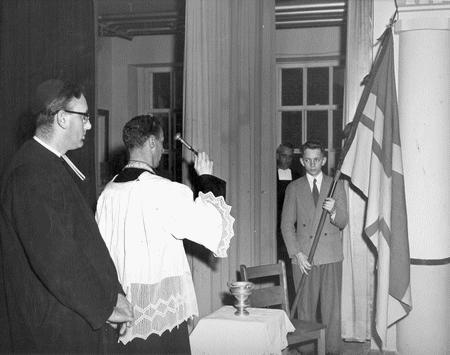 Bénédiction d'un drapeau régional à Port-Alfred par le vicaire Carrier. Source: Société historique du Saguenay-P002, S7, P08732-01
