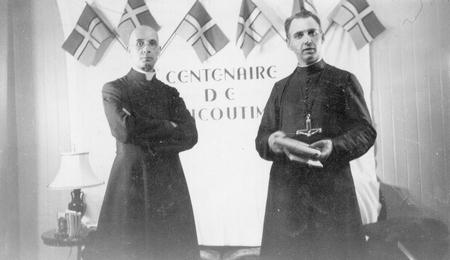 Lors du centenaire de Chicoutimi, l'abbé Victor Tremblay et le Père Laurent Tremblay, O.M.I. sont chez M. EJ-L Maltais et pose pour le titre du film du «Jeu du Centenaire» en septembre 1942. Source: Société historique du Saguenay-P002, S7, P00934-01