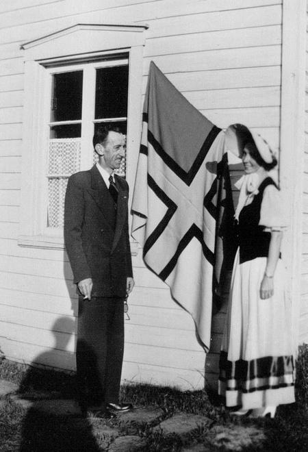 Photo historique du drapeau-Wellie Tremblay-1952. Source: Société historique du Saguenay-FPH-65, P02343